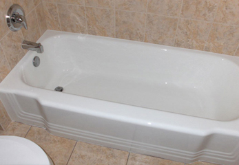 Эмалированная стальная ванна в типичной ванной