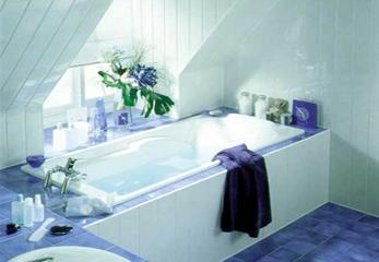 Панели на стене в ванной