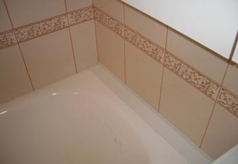 Шов между ванной и стеной