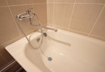 Стена и ванна