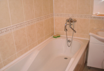 Стык между стеной и ванной