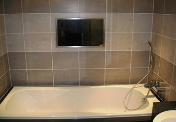 Телевизор в обычной ванной