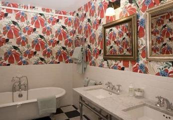 Яркие обои в ванную комнату