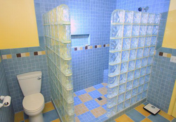 Стены из плитки в ванной комнате