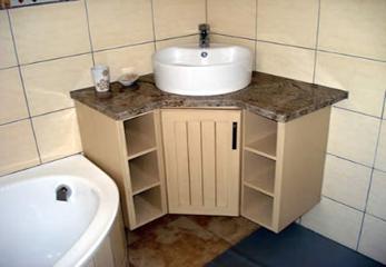 Угловой шкафчик в ванной