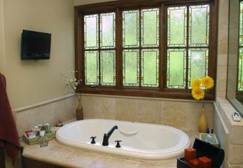 Просторное окно в ванной